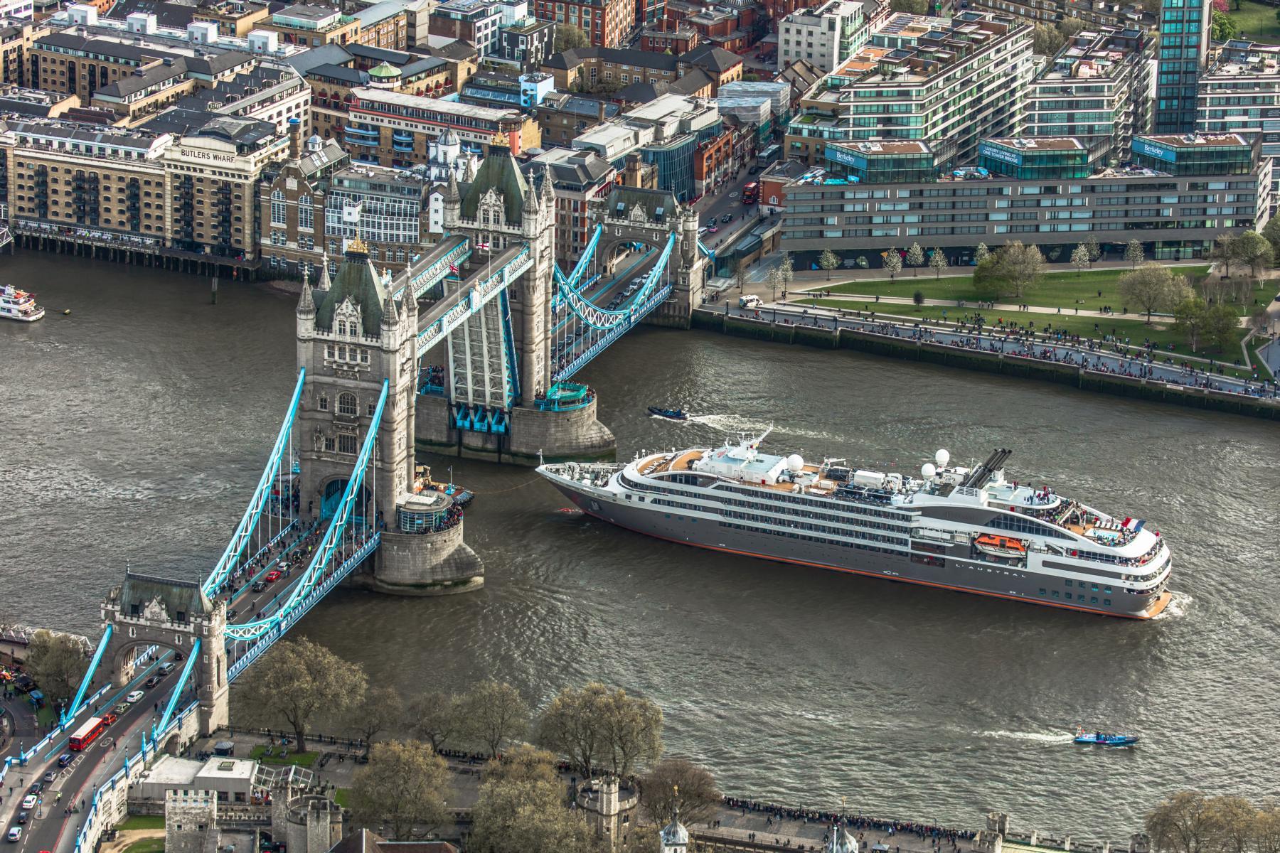 Ponant L\'Austral fährt unter der Tower Bridge, London, durch