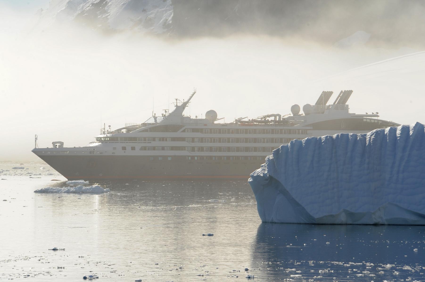 Ponant L\'Austral im Nebel hinter Eisberg