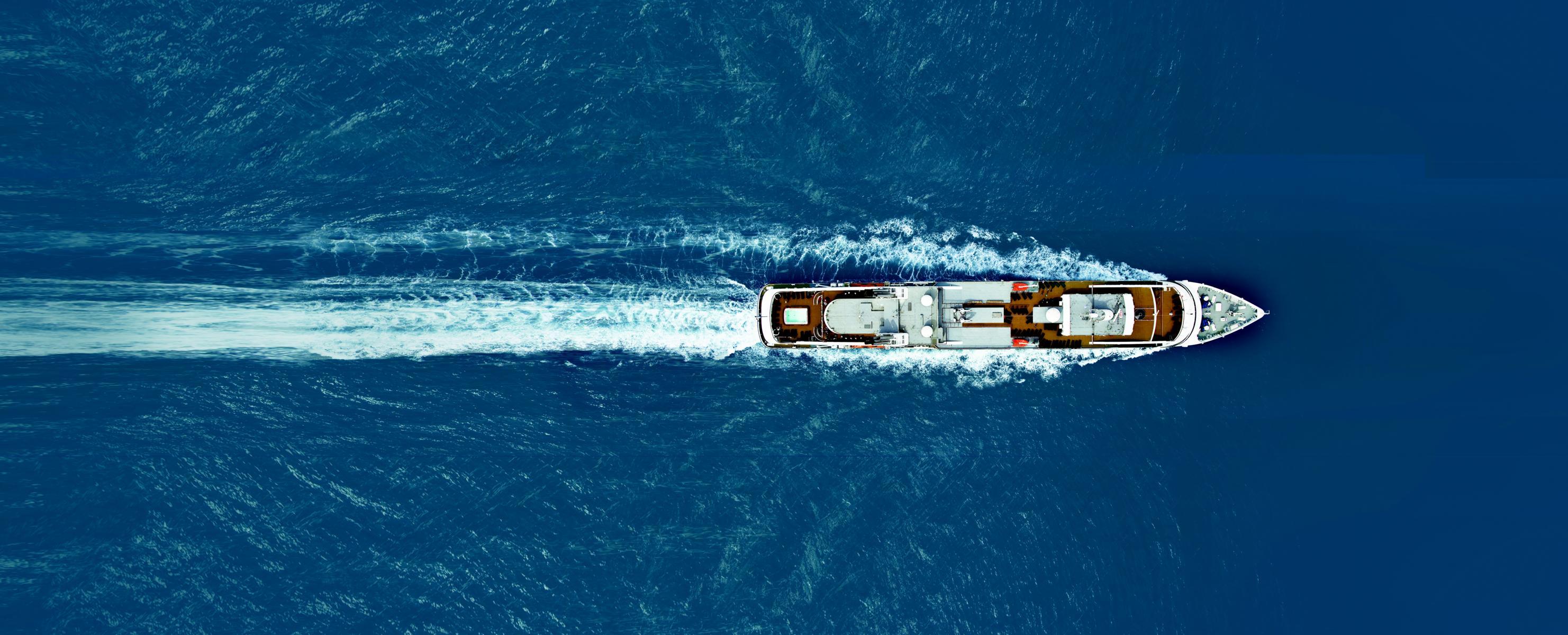 Ponant L\'Austral auf offener See von oben