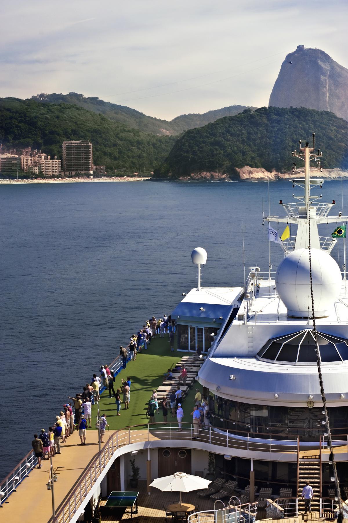 Pooldeck auf der Regent Seven Seas Mariner vor der Küste von Rio de Janeiro mit dem Zuckerhut