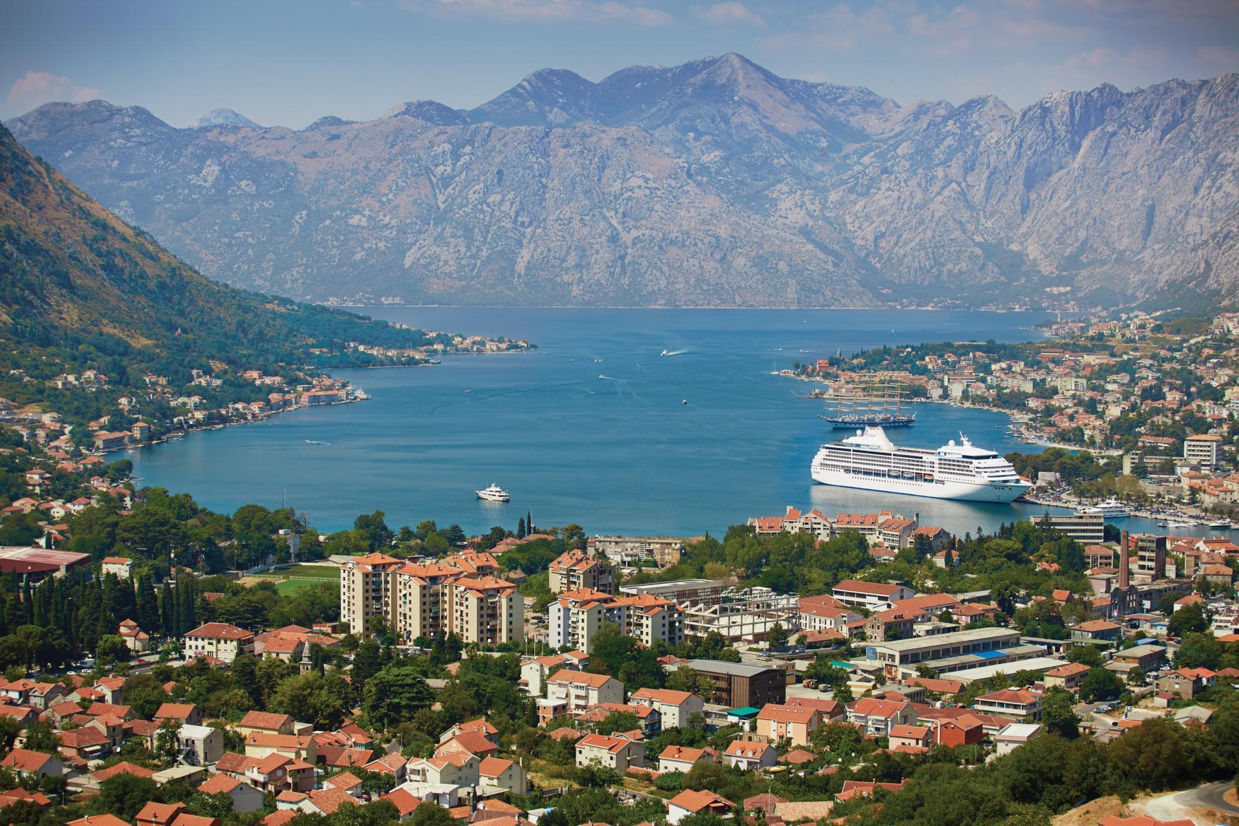 Die Regent Seven Seas Mariner in der Bucht von Kotor