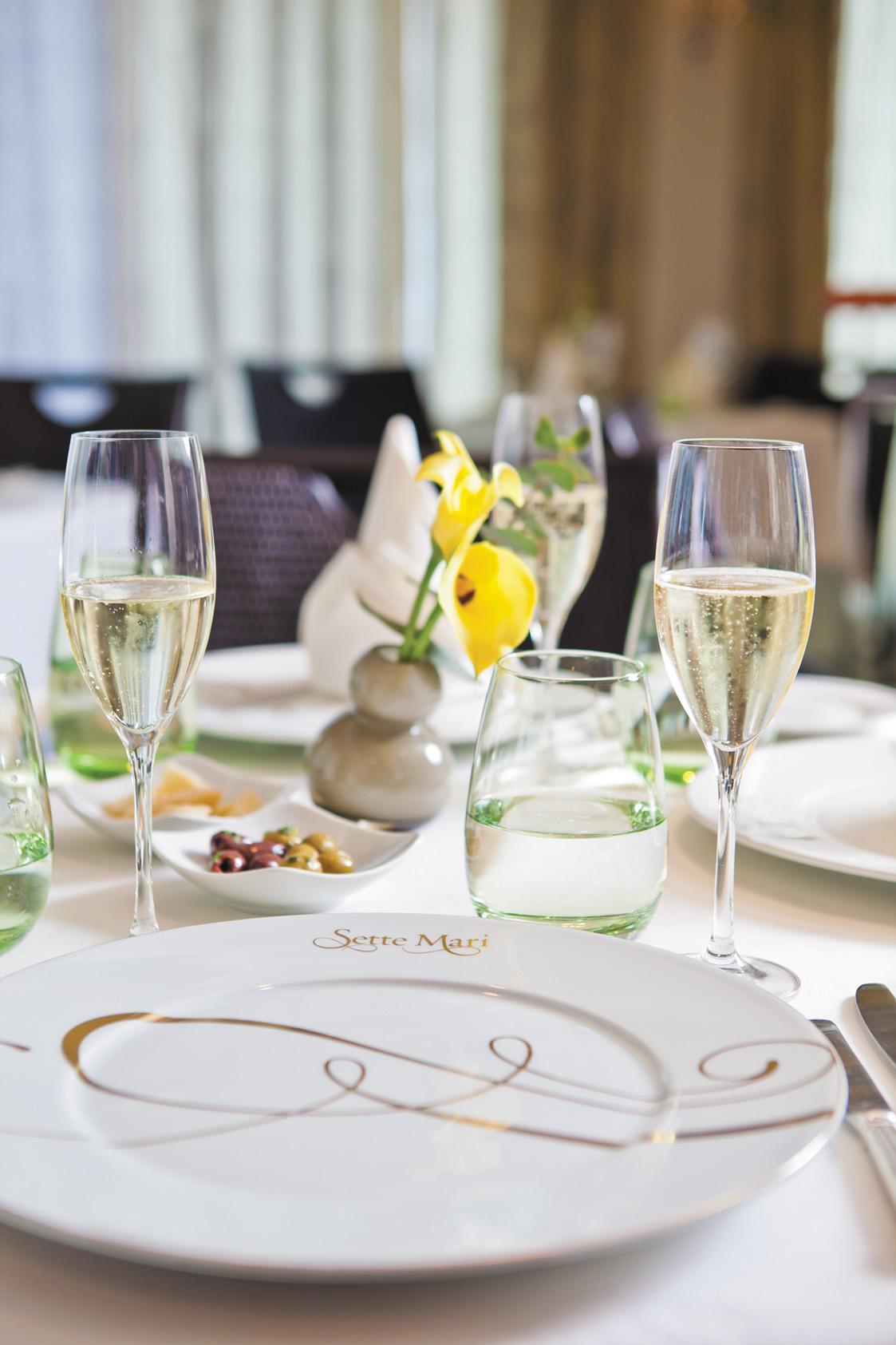 Gedeckter Tisch mit Champagner auf der Regent Seven Seas Navigator