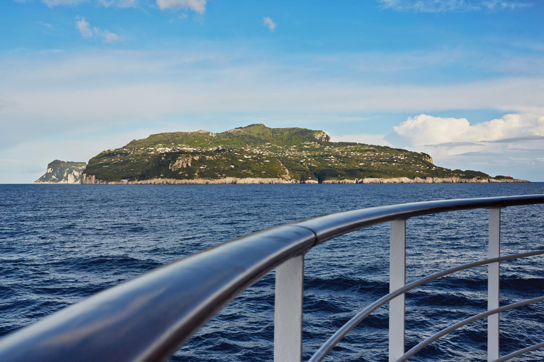Reling der Regent Seven Seas Navigator mit Capri im Hintergrund