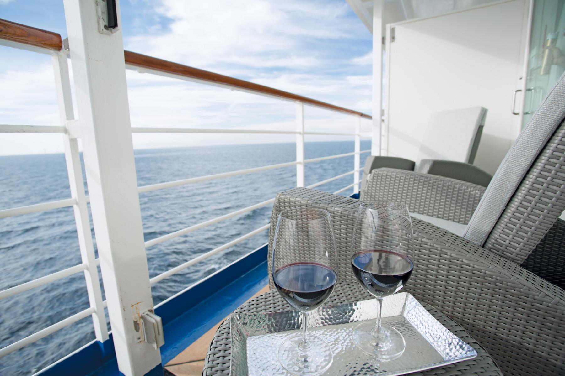 Privater Balkon mit Loungemöbeln und Wein auf der Regent Seven Seas Voyager