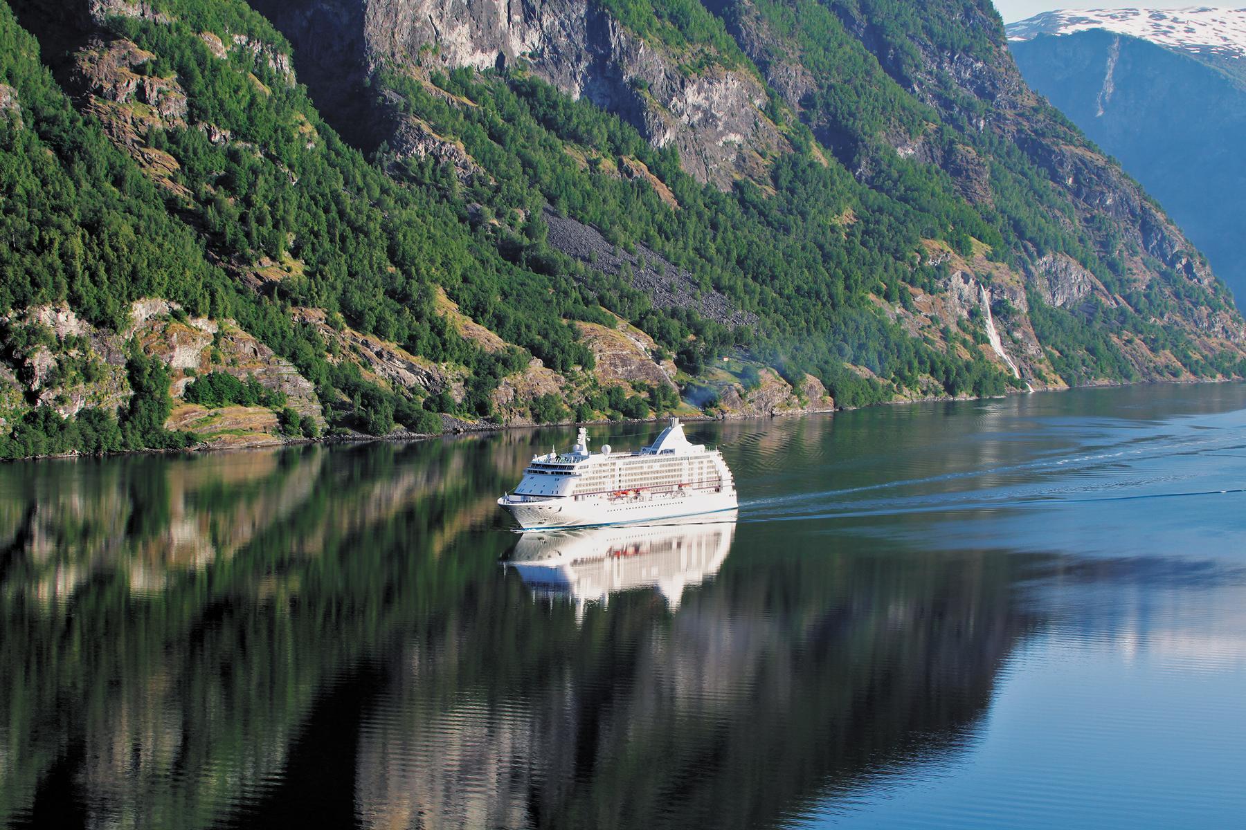 Die Regent Seven Seas Voyager vor einer Steilküste