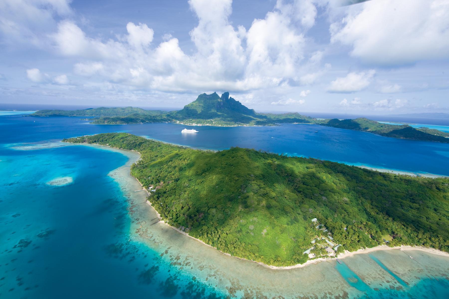 Tahiti mit der Regent Seven Seas Voyager im Hintergrund