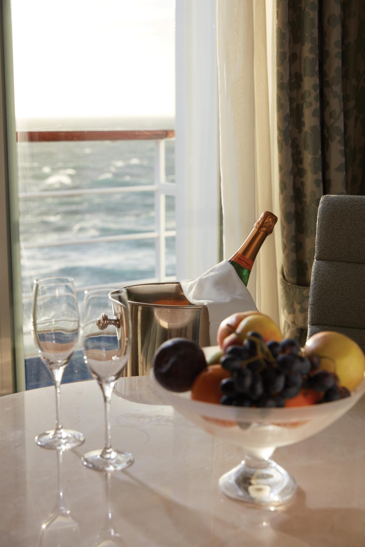 Tisch mit Obstschale und Wein auf der Regent Seven Seas Voyager