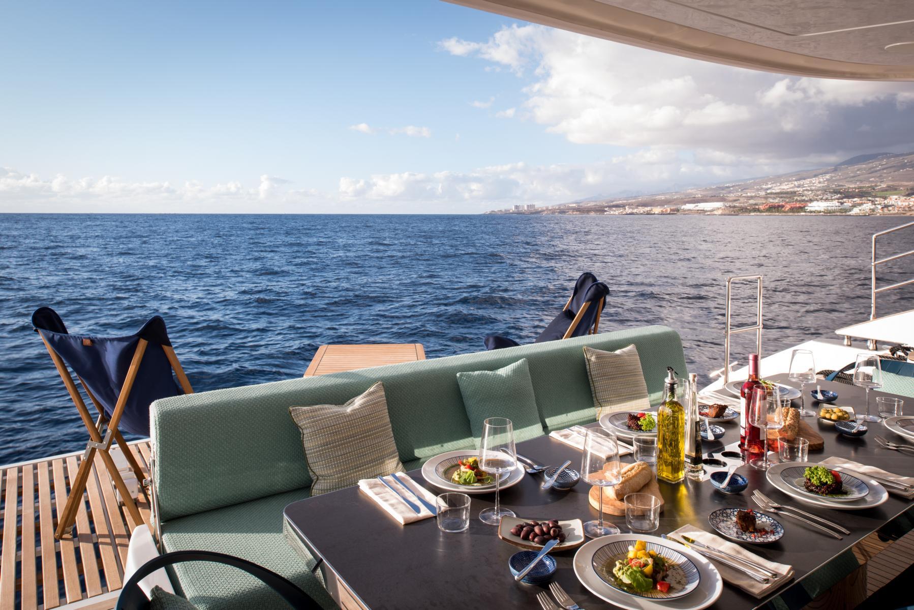 Mittagessen auf der Terrasse am Heck mit Blick aufs Meer auf dem Samadhi Ocean Resort