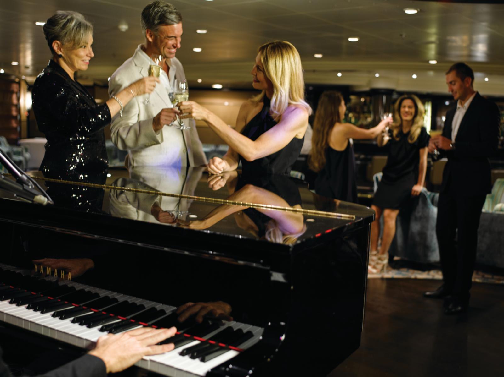 Unterhaltungen in der Cocktailbar an Bord der Silver Muse von Silversea Cruises