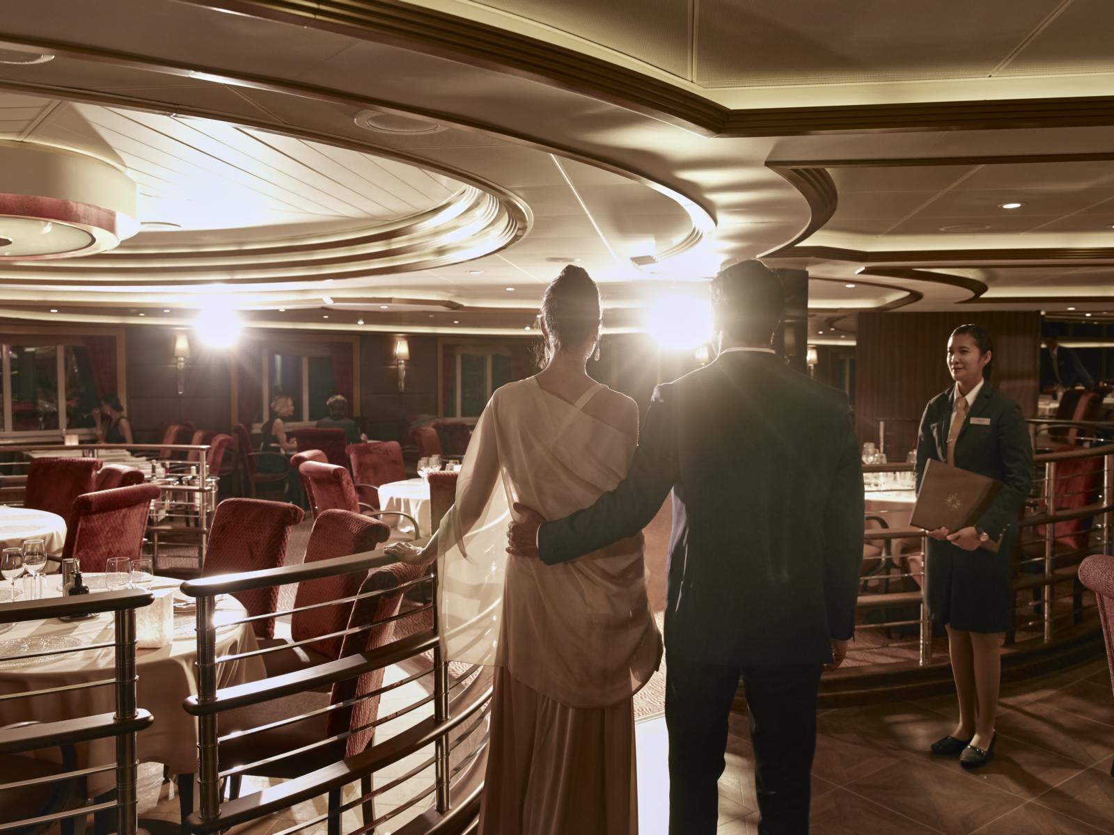 Ein Paar im Restaurant an Bord der Silver Muse von Silversea Cruises