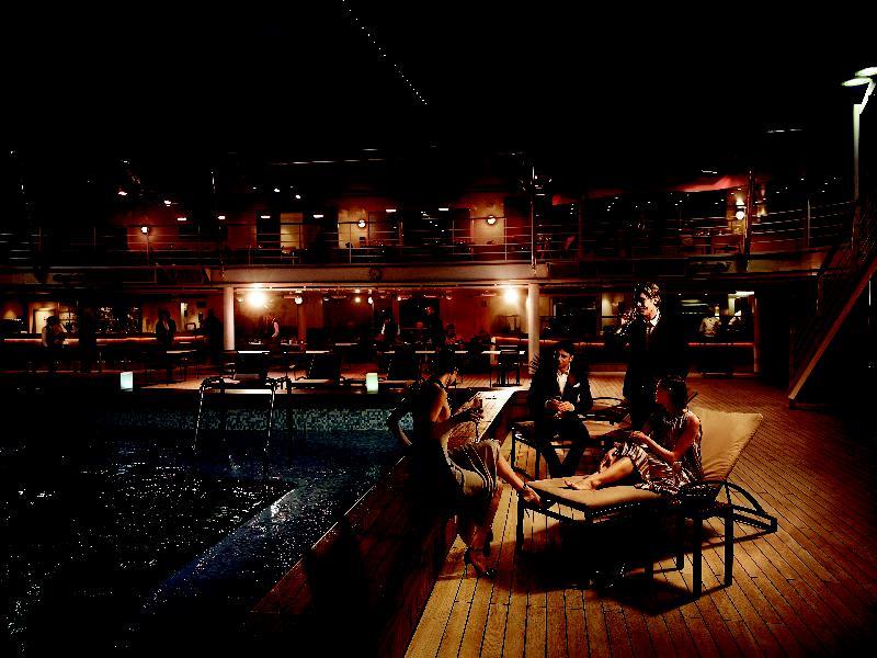 Pool bei Nacht an Bord der Silver Muse von Silversea Cruises