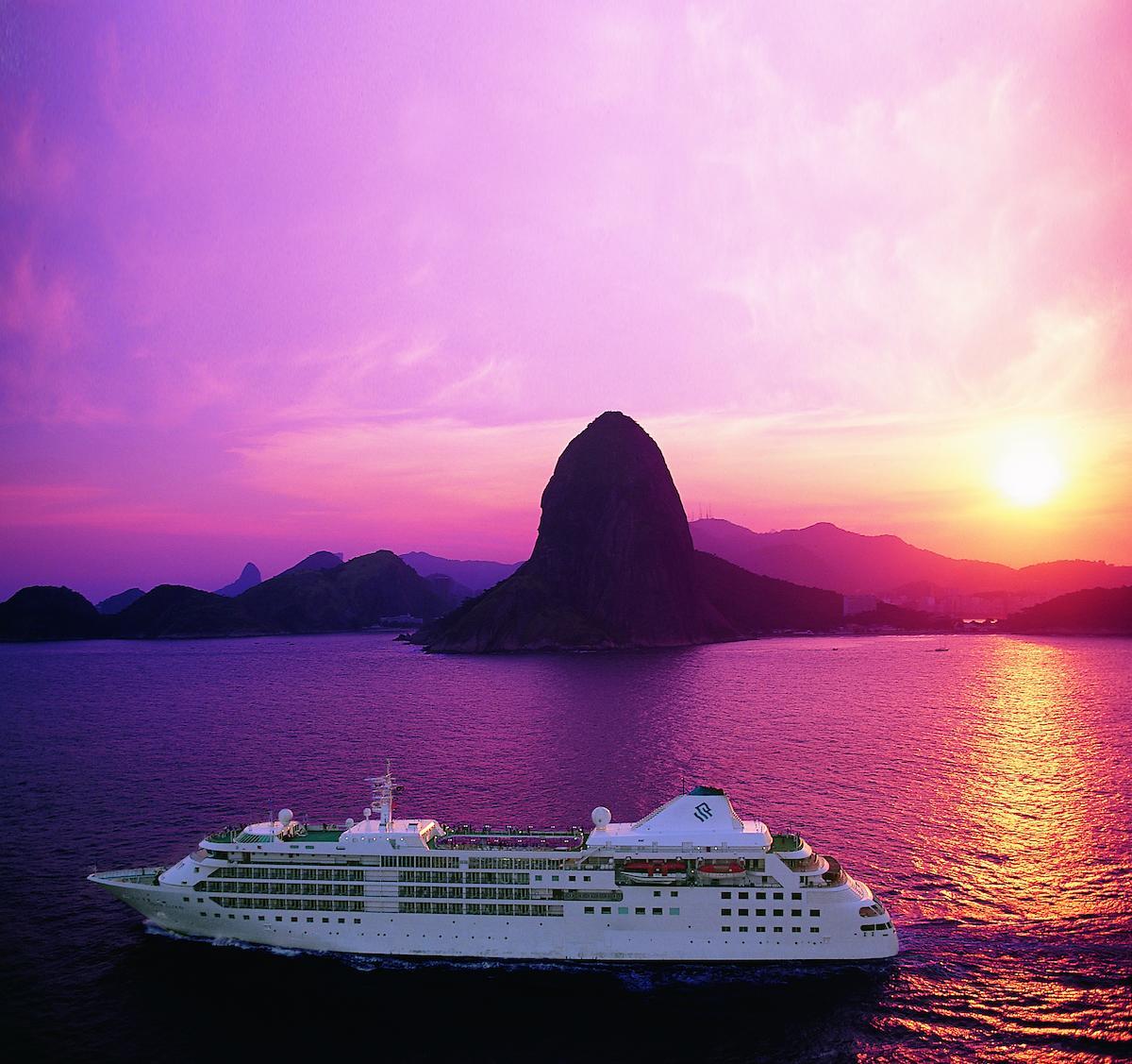 Die Silver Muse von Silversea Cruises im Sonnenuntergang vor dem Zuckerhut in Rio de Janeiro