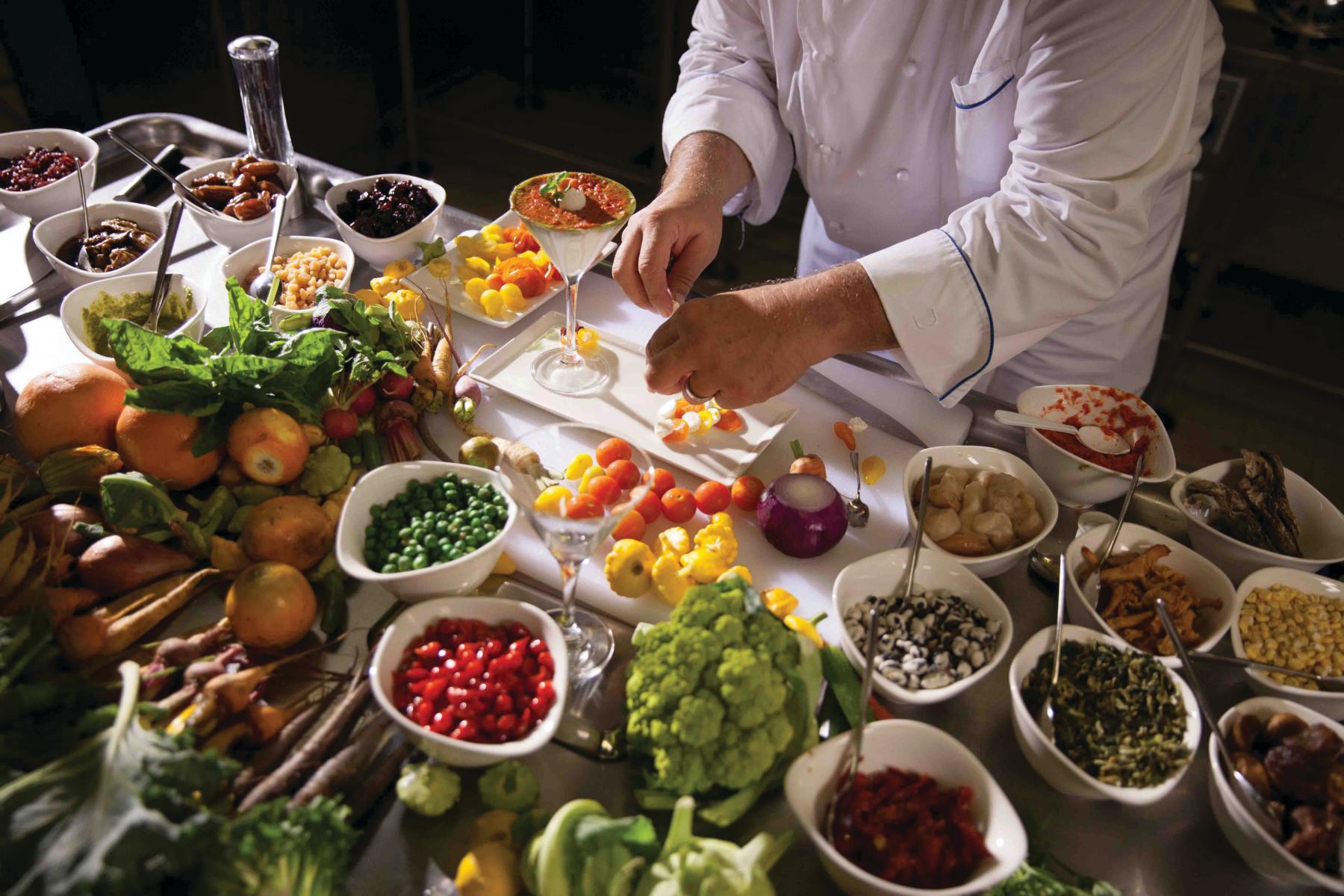 Frisches Essen wird an Bord der Silver Wind von Silversea Cruises auf einer Kreuzfahrt zubereitet