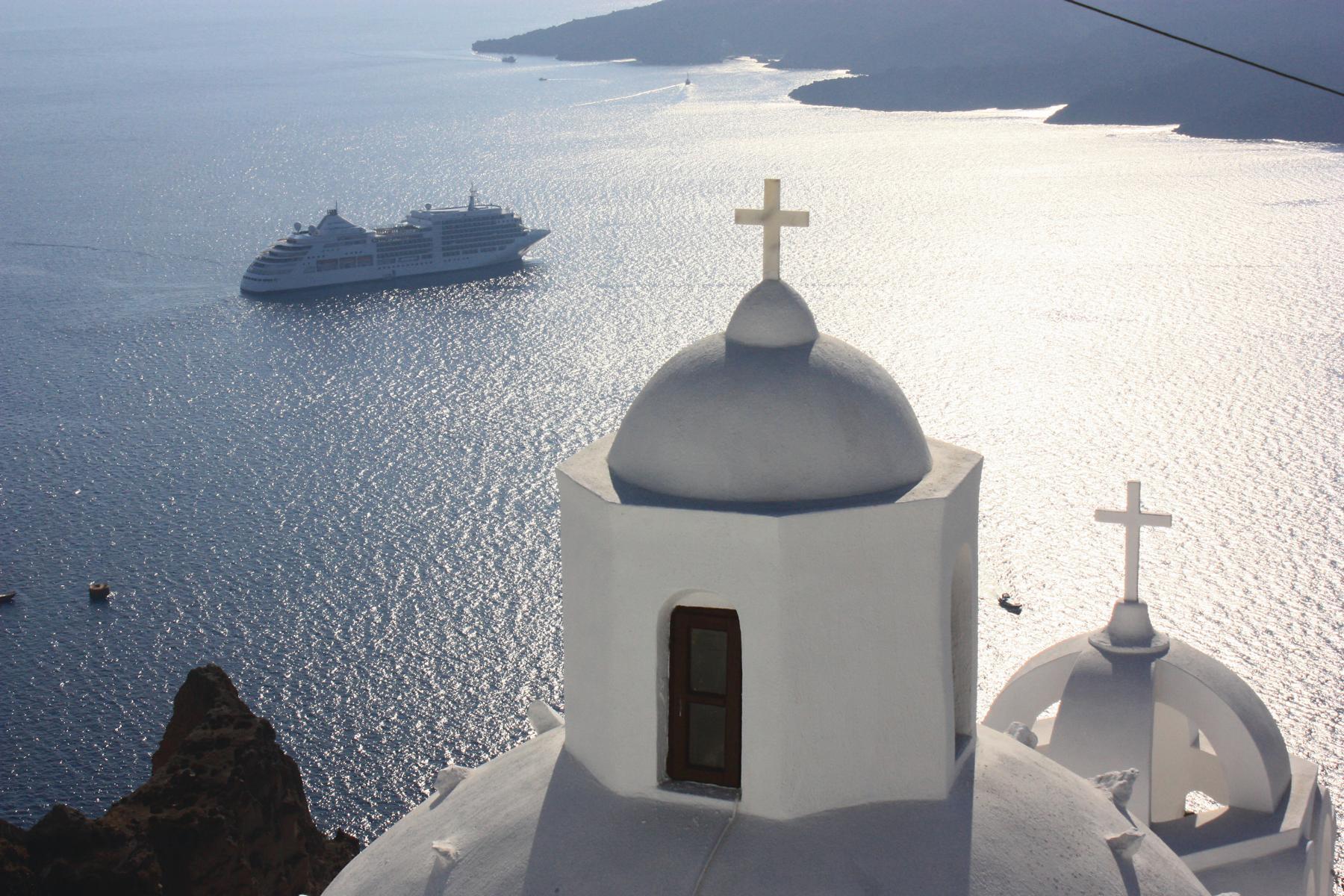 Griechische Kirche mit der Silver Wind von Silversea Cruises im Hintergrund