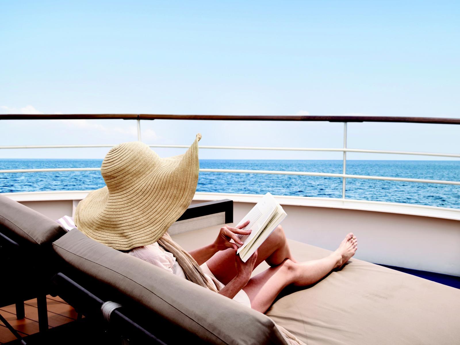 Frau mit Hut an Deck der Silver Wind von Silversea Cruises