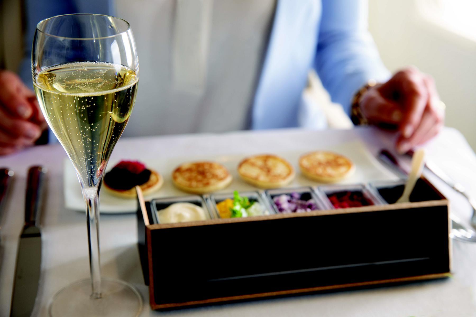 Gourmet-Verpflegung mit Champagner an Bord des Private Jets Albert Ballin von Hapag Lloyd