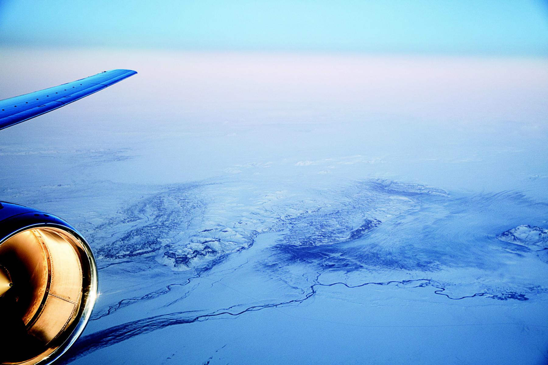 Verschneites Island aus dem Fenster des Private Jets Albert Ballin von Hapag Lloyd