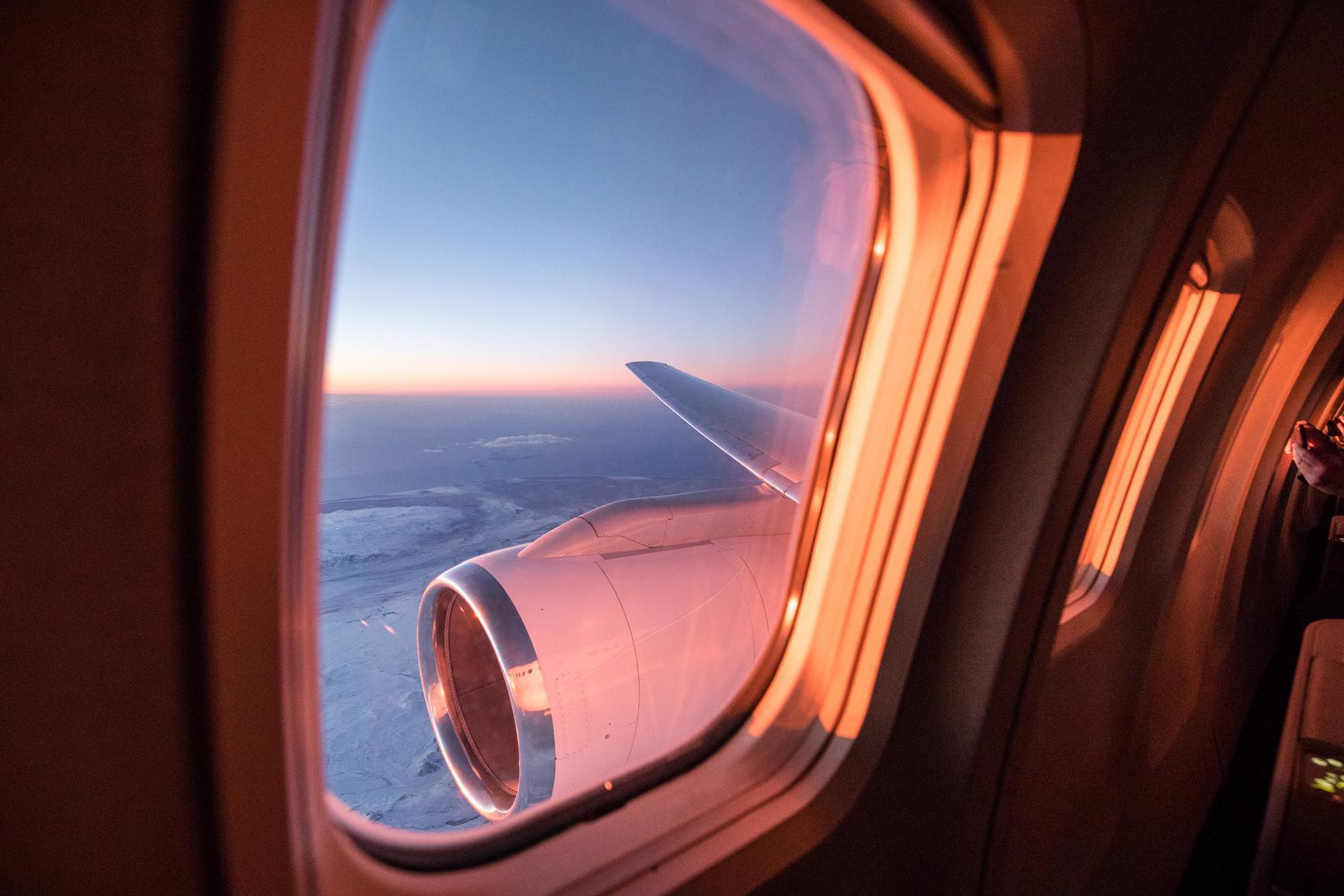 Dämmerung durch das Fenster des Private Jets Albert Ballin von Hapag Lloyd