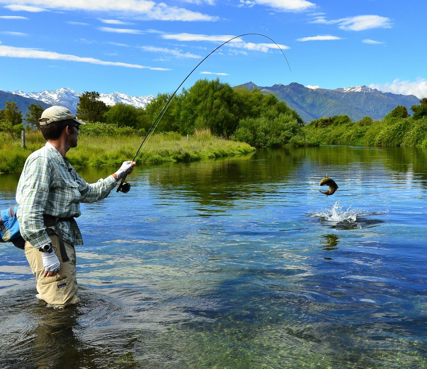 Angeln im Fluss bei der Marlborough Lodge in Neuseeland