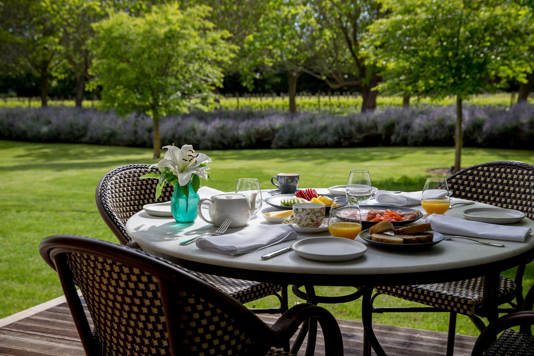 Gedeckter Tisch im Garten in der Marlborough Lodge in Neuseeland