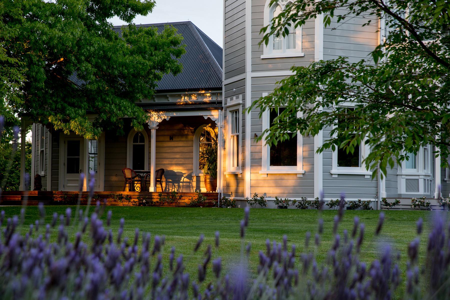 Die Marlborough Lodge in Neuseeland mit Lavendel im Garten von der Sonne beschienen