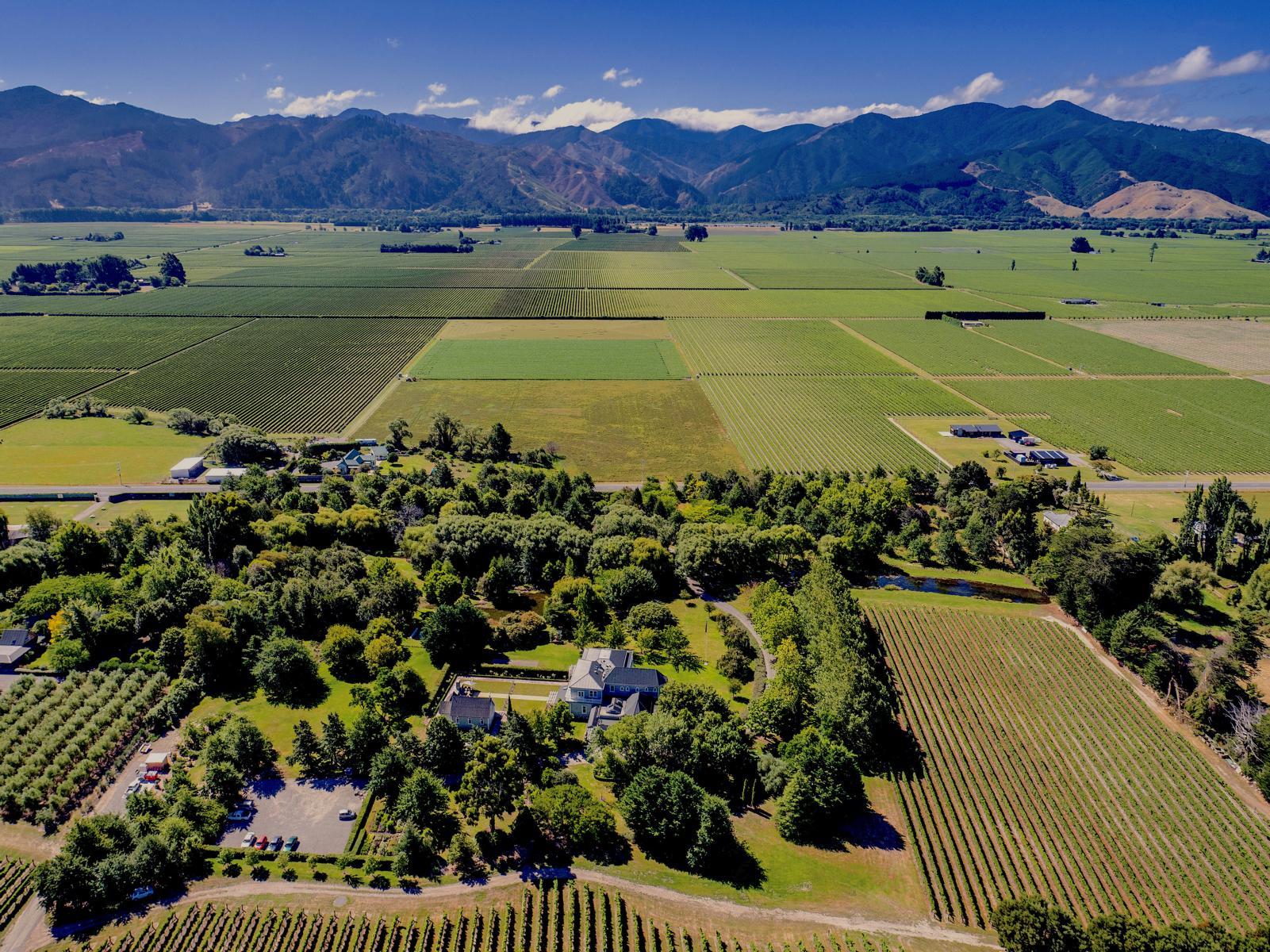Die Marlborough Lodge in Neuseeland aus der Vogelperspektive mit Bergen im Hintergrund