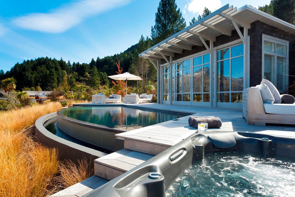 Infinity Pool der Matakauri Lodge in Neuseeland