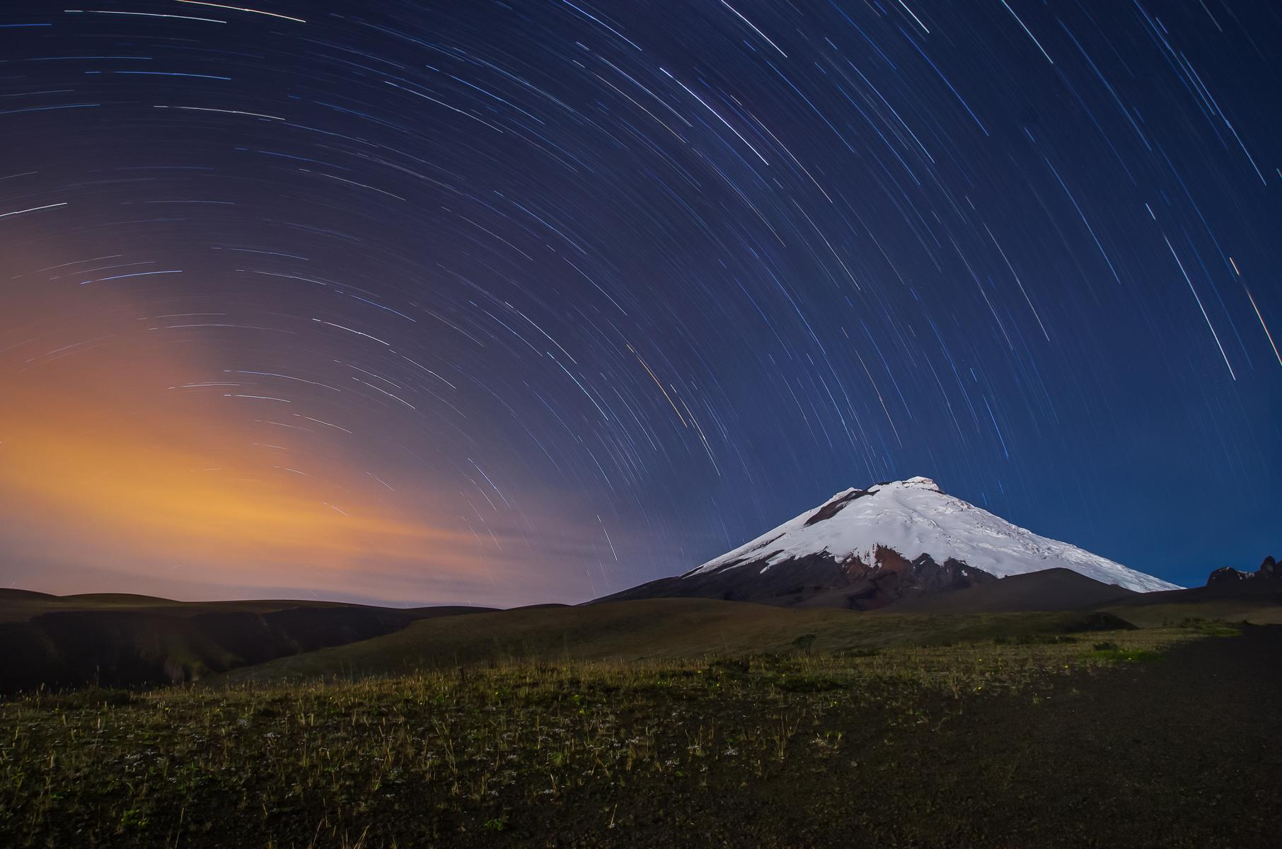 Rundreise - K1600_Cotopaxi-volcano-in-Ecuador-night-shot-with-star-trails-shutterstock_452094196.jpg