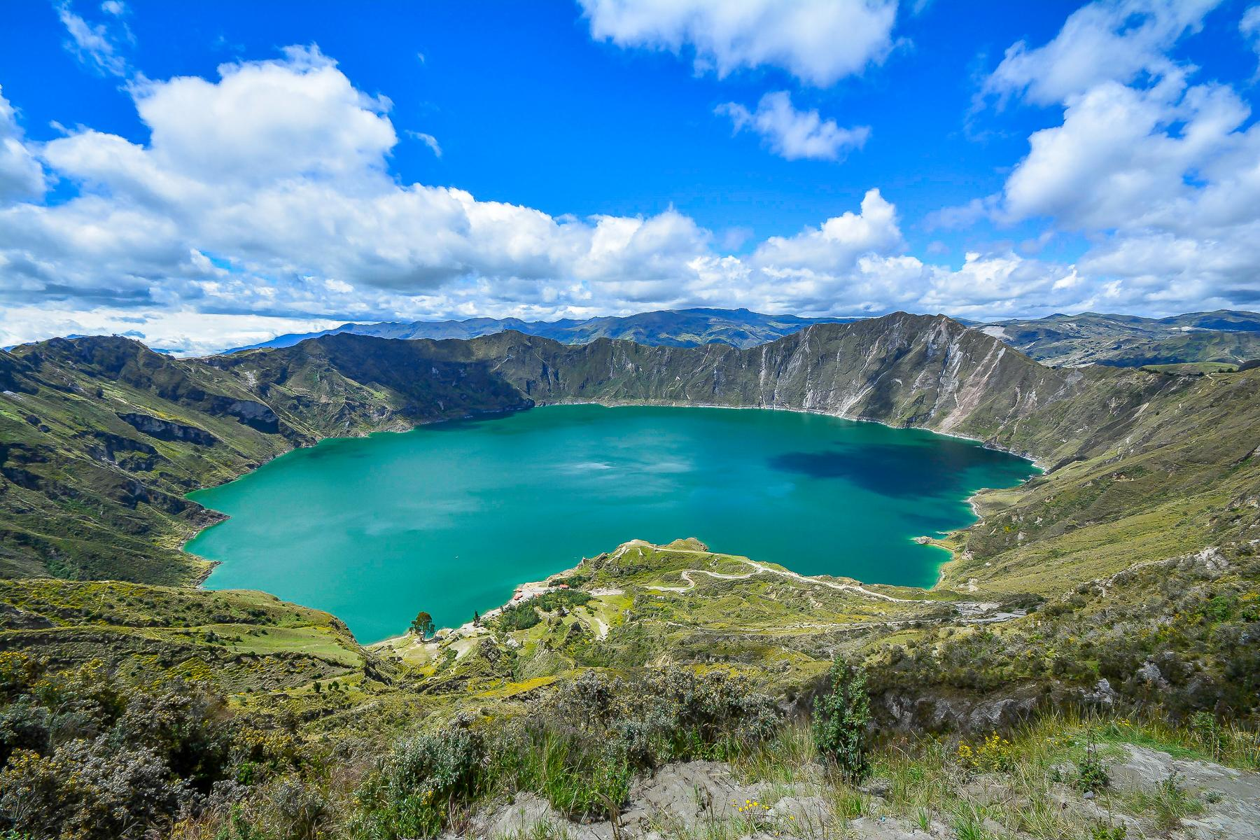 Rundreise - K1600_Quilotoa-Ecuador-lagoon-in-volcano-with-turquoise-water.-shutterstock_651962659.jpg